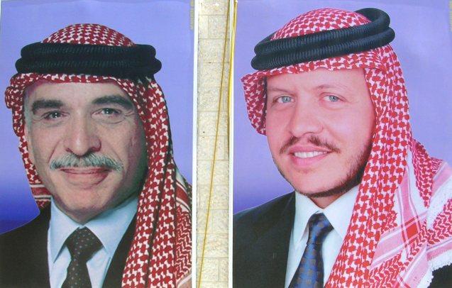 Hussein e Abdullah II: o novo rei. O filho primogénito ocupou o trono que esteve inicialmente destinado ao tio Hassan. @DR (Direitos Reservados | All Rights Reserved)