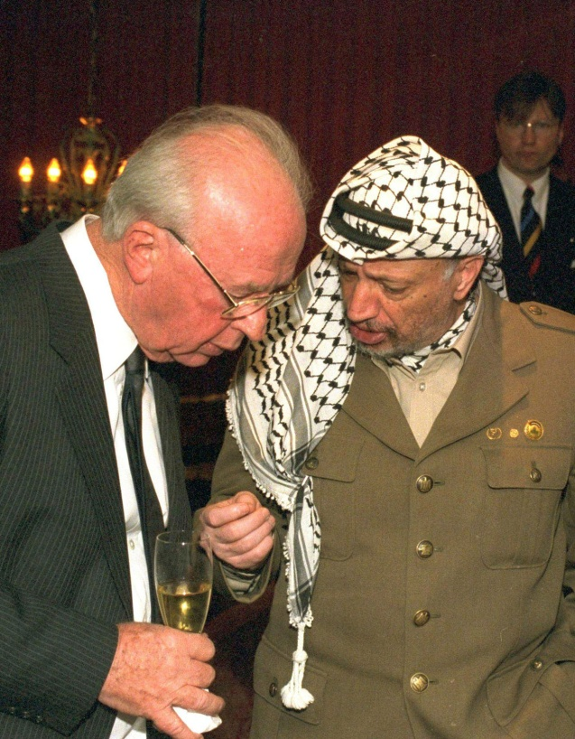 Yasser Arafat conversa com Yitzhak Rabin depois de ambos (em conjunto com Shimon Peres) terem recebido o Prémio Nobel da Paz em 10 de Dezembro de 1994 – o ano em que morreu Leibowitz, e menos de um ano depois da assinatura dos Acordos de Oslo. © Yaacov Sar | GPO Israel