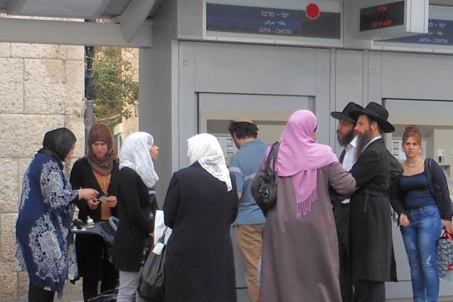 Judeus israelitas e muçulmanos palestinianos partilham o mesmo espaço numa estação ferroviária, em Jerusalém. @DR (Direitos Reservados | All Rights Reserved)