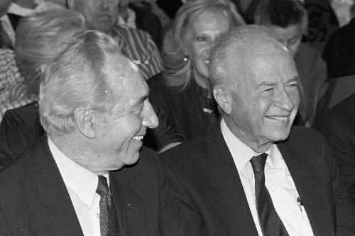 """Em 1992, os trabalhistas israelitas escolheram Rabin e não Peres para concorrer às eleições. Precisavam de um """"duro"""" para derrotar a coligação de direita de Yitzhak Shamir. Um antigo diplomata israelita em Lisboa dizia: """"Yitzhak é o nosso Subaru, o utilitário que usamos no dia-a-dia; Shimon é o Mercedes que guardamos na garagem e só vamos buscar quando precisamos de estar bem com o resto do mundo."""" @DR"""