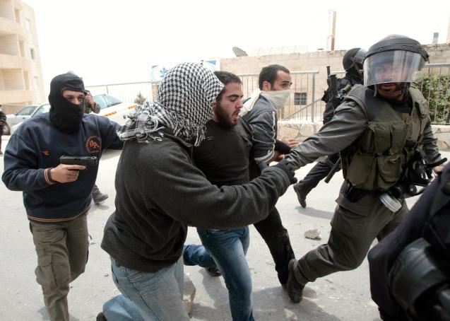 15 de Maio de 2011: Agentes da Polícia, agindo como infiltrados,  no bairro de Issawya, em Jerusalém Leste, detêm um homem sob suspeita de ter lançado pedras durante confrontos com forças de segurança mobilizadas para dispersar manifestantes que assinalavam a Nakba (Catástrofe) - o êxodo de cerca de 700.000 palestinianos das suas casas, na guerra de 1948, que se seguiu à criação do Estado de Israel.  @Baz Ratner | Reuters