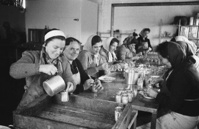"""Trabalhadoras de um kibbutz (não identificado). Longe vão os tempos em que estas comunidades judaicas era consideradascomo """"exemplo de socialismo perfeito"""": hoje estão transformadas em hotéis de luxo e/ou centros industriais. @Naftali Oppenheim Collection, Yad Itzhak Ben-Zvi Photo Archive"""