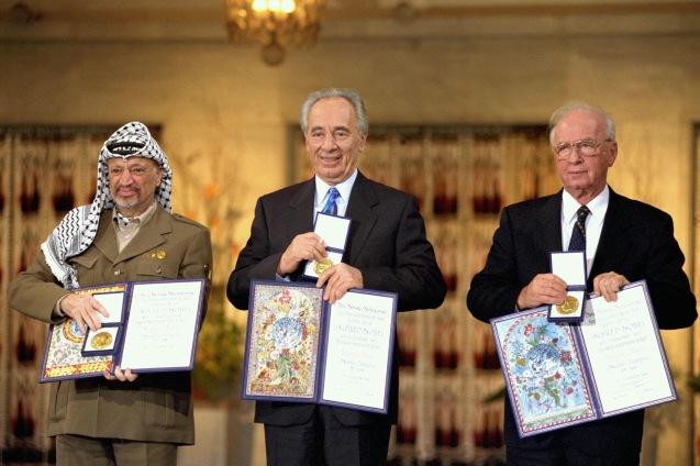 Yasser Arafat, Shimon Peres e Yitzhak Rabin receberam o Prémio Nobel da Paz em 1994, um ano depois dos Acordos de Oslo - de que Graham Usher foi um crítico acérrimo, assumindo a sua não neutralidade como jornalista @DR (Direitos Reservados | All Rights Reserved)
