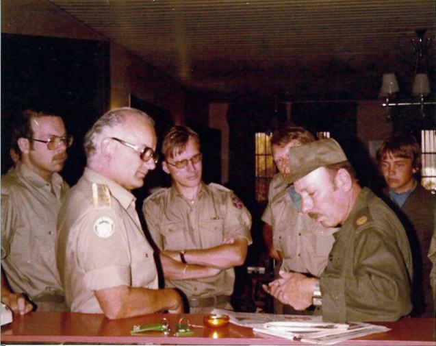 O antigo general Saad Haddad, fundador e comandante da milícia pró-israelita Exército do Sul do Líbano,  num encontro com militares da UNIFIL, no início dos anos 1980 © Svein H. Olsen