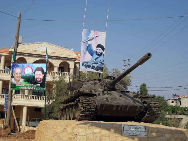 Graças a diversas tácticas de guerrilha, o Hezbollah - milícia e partido xiita - liderado pelo Xeque Nasrallah (foto no topo do carro de combate) conseguiu forçar a retirada de Israel do Sul do Líbano. © Nicolien Kegels