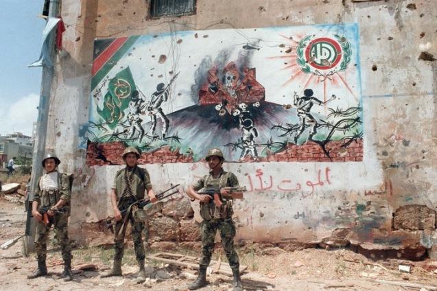 Soldados sírios em missão de patrulha num bairro do sul de Beirute, em em 27 de Maio de1988. Em 2005, os senhores de Damasco que nunca haviam reconhecido a soberania do País do Cedro retiraram o último contingente. © Rabin Moghrabi | AFP | Getty Images