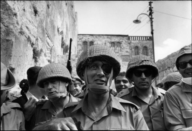 O general Moshe Dayan, um dos comandantes militares que ajudou Israel a vencer a guerra de  June 1967 1967 © Fondation Gilles Caron