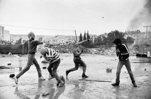 - Palestine, Cisjordanie, Al Ram. Jeunes palestiniens jetant des pierres pendant une manifestation. Janvier 1988 - Palestine, West Bank, Al Ram. Young Palestinians throwing stones during riots. January 1988 @Jean-Claude Coutausse