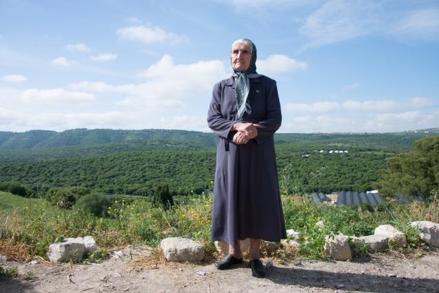 A palestiniana Samiha Dokeh posa para uma foto na sua antiga adeia de Ikrit , no Norte de Israel , em 21 de Abril de 2014. Ela tinha 8 anos quando o Exército desalojou a sua família na promesa de que em breve regressariam. Embora, em 1951, o Supremo Tribunal de Israel tenha reconhecido o direito de os habitantes reaverem os seus bens porque têm cidadania israelita, o Exército destruiu a aldeia, deixando intactas apenas a igreja e o cemitério locais. © Direitos Reservados | All Rights Reserved