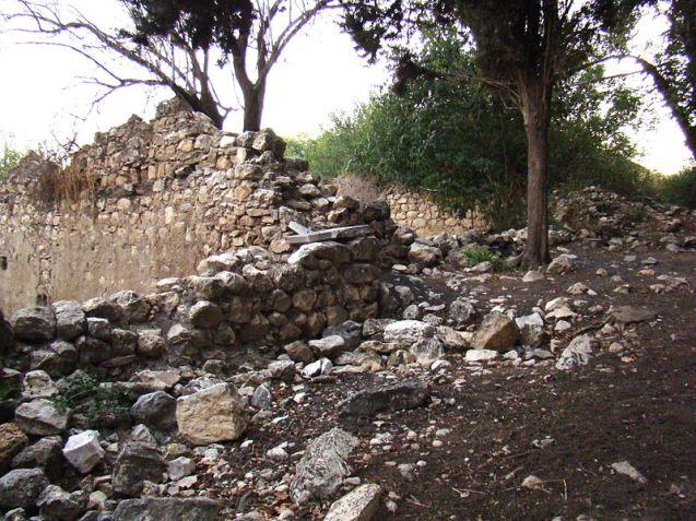 Ruínas da aldeia de Biran,  de onde os residentes aceitaram sair voluntariamente, durante a guerra de 1948, mas nunca foram autorizados a voltar pelo Exército israelita, que destruiu a povoação. © Wikipédia