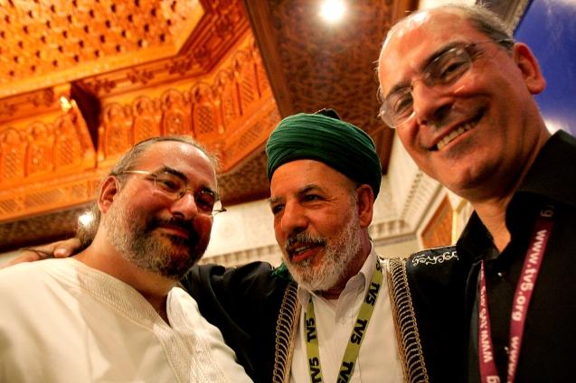 O padre maronita libanês Elias Kesrouani (à direita), o rabi norte-americano Brad Hirschfield (à esquerda) e o xeque palestiniano Abdul Aziz Bukhari (ao centro) juntaram-se, abraçaram-se e beijaram-se, enquanto partilhavam as suas experiências de comunhão inter-religiosa. @Enric Vives-Rubio