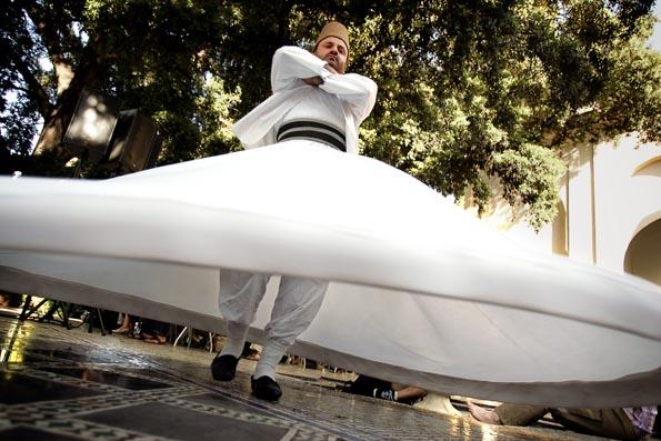 Um dervixe rodopiante da ordem de Rumi, dança no concerto de Omar Sermini (3 de Junho de 2006) @Enric Vives-Rubio