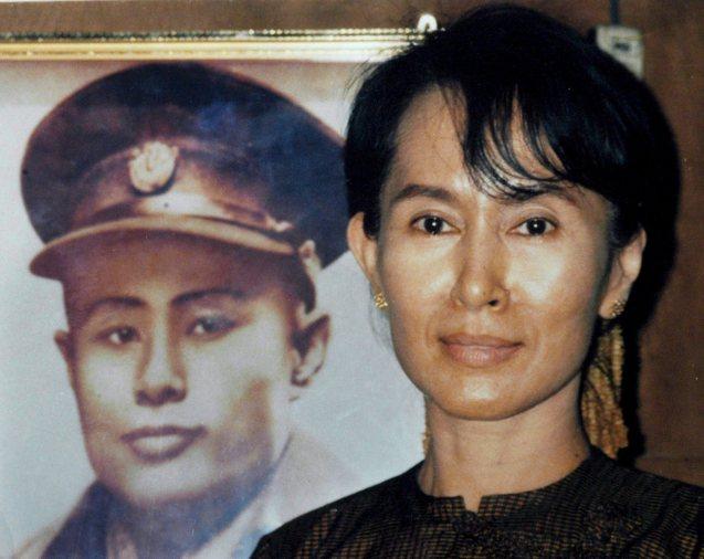 Aung San Suu Kyi, posando junto a uma foto de Aung San,  o seu pai e da independência da Birmânia.  @EPA