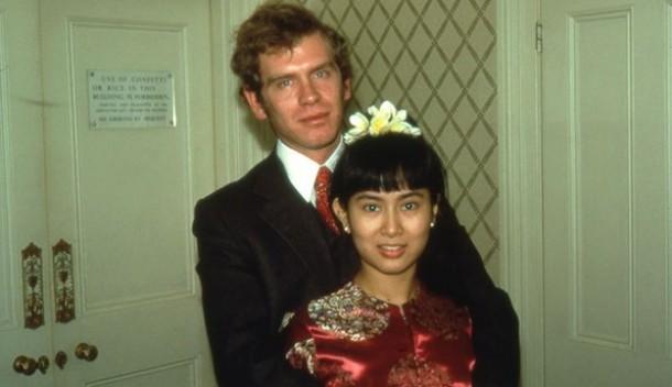 Com o marido, Michael Aris, no dia do casamento. Ele morreu de cancro, em Londres: ela não foi ao funeral. Sabia que os militares não a deixariam regressar se saísse do país. @DR (Direitos Reservados | All ights Reserved)