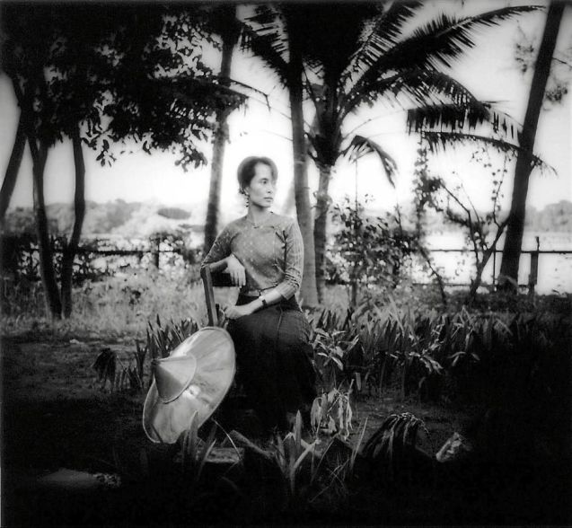 Aung San Suu Kyi, no jardim da sua casa em Yangon (antiga Rangun) em1996. © James Whitlow Delano
