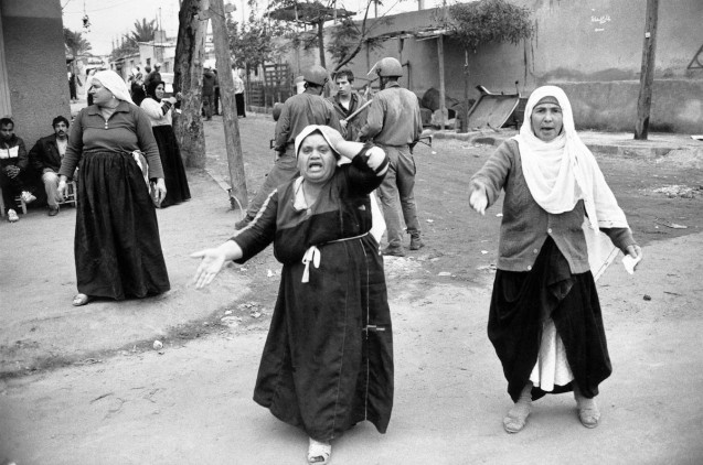 Palestinian women and Israelian soldiers in Jabalya refugee camp in December 1987 @Jean-Claude Coutausse