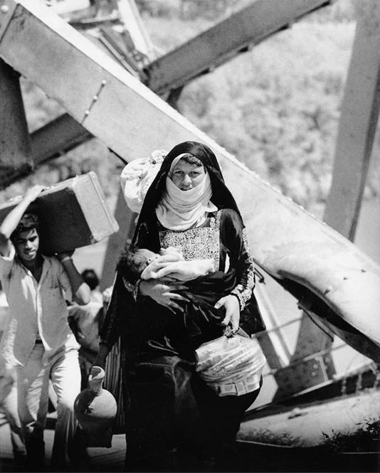 embora a Fatah e Yasser Arafat tivessem tentado deliberadamente arrastar os países árabes para uma guerra com Israel, e de certo modo contribuíram para isso, não eram figuras importantes. Teve maior impacto a rivalidade que separava os sírios, jordanos e sauditas de Nasser. © UNRWA