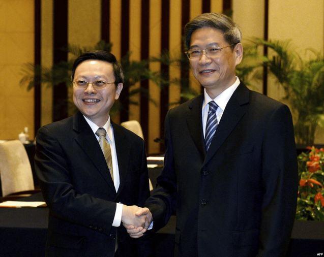 """Primeiras conversações de alto nível desde 1969. Num encontro considerando histórico, a 11 de Fevereiro de 2014, em Nanjing, Wang Yu-chi (à esquerda), o representante de Taipé para as Relações com Pequim aperta a mão a Zhang Zhijun (à direita), encarregue dos laços com a """"ilha rebelde"""". Ambas as partes expriiram interesse em abrir missões (comerciais) nas respectivas capitais. @Reuters"""