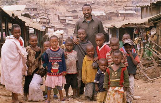 Sammy Gitau, no Quénia, com crianças que beneficiam do seu projecto de desenvolvimento humano @Dr (Direitos Reservados | All Rights Reserved)