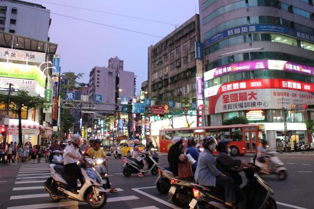 Taipé 2012: A capital de Taiwan tinha cinco milhões de carros particulares e 12 milhões de lambretas que aceleram à sua volta, formando nuvens de fumo de que os condutores se protegem usando pequenas máscaras de papel ou tecido. As máscaras são reminiscência do surto de SARS (síndroma da imunodeficiência respiratória) ou pneumonia atípica que, em 2003, matou dezenas de pessoas em Taiwan. O vírus atravessou a fronteira, proveniente do Sul da China, onde apareceu em 2002 sem que as autoridades locais emitissem qualquer aviso para prevenir o contágio. @Helena Ferreira