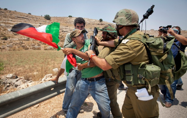 """""""É muito difícil dizer 'Eu apoio Israel, ponto final'. Porque a pergunta a seguir é. 'Que Israel? Israel dos colonos ou Israel que quer acabar com a ocupação? Israel que quer destruir o Hamas ou Israel que acredita que é preciso negociar, ainda que indirectamente, com o Hamas?'"""", disse Daniel Levy, de J Street. @(AP Photo/Oren Ziv)"""