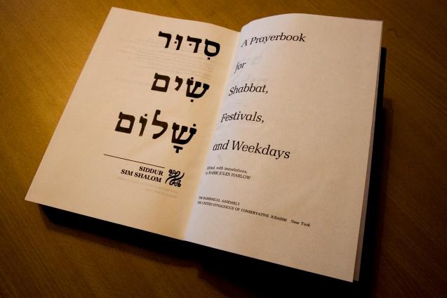Um dos novos Siddurim (livros de orações judaicas), traduzidos pelo Rabi Jules Harlow, na Sinagoga Ohel Jacob, em Lisboa, que pertence à comunidade Masorti © Pedro Cunha