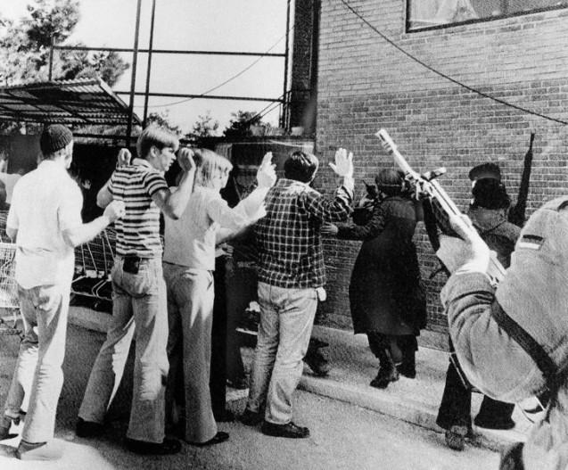 Iranianos armados revistam funcionários da Embaixada dos Estados Unidos em Teerão, depois de ocuparem a missão diplomática, em 14 de Fevereiro de 1979. O cerco durou 444 dias e envenenou até agora os laços entre os dois países. @Associated Press (AP)