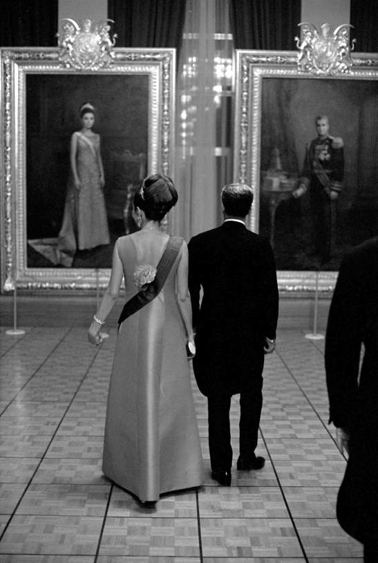 Mohammad Reza e Farah Diba, em visita a uma galeria de arte, nos tempos em que ambos viviam lem palácios opulentos, no Irão, antes de serem forçados ao exílio. IRAN, Teheran Oktober 1967, After the coronation Reza Pahlewi and his wife Farah Diva are looking at the portraits for the royal gallery. © Direitos Reservados | All Rights Reserved