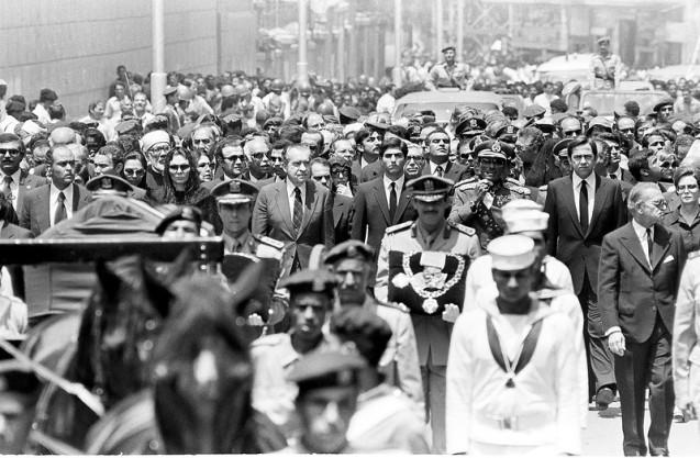 O ex-Presidente dos EUA Richard Nixon (ao centro) acompanha o féretro do Xá, nas cerimónias fúnebres de Mohammad Reza Pahlavi, no Cairo, em 29 de Julho de 1980. À direita, vê-se o então Presidente egípcio, Anwar el-Sadat; à esquerda, está Farah. @AP Photo