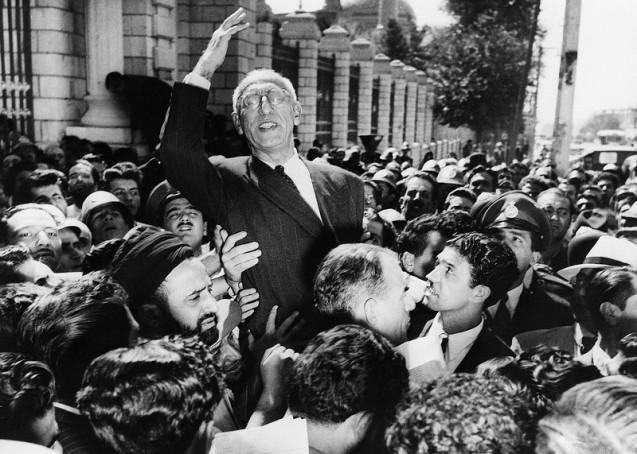 PO destino da monaquia iraniana ficou selado quando a CIA ajudou a derrubar o primeiro-ministro Mohammed Mossadegh (aqui aos ombors de apoiantes, em 27 de Setembro de 1951 - um ano antes da sua queda). Mossadegh irritara Washinhton e Londres a nacionalizar o petróleo do país, cuja exploração e receitas eram controladas pelo Reino Unido. Em 1953, Mossadegh foi condenado a três anos de prisão e transferido para a sua residência em Ahmad Abad. Morreu aqui sem nunca ter sido autorizado a receber visitas, nem sequer dos familiares. O Xá nunca perdoou o seu maior rival a humilhação do seu primeiro exílio. @Associated Press (AP)