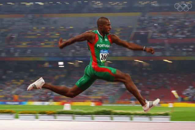"""Nos Jogos Olímpicos de Pequim em 2008, onde ganhou a Medalha de Ouro, Nelson Évora saltou 17,67m. Será que ele s ente que a fé o ajuda? """"Porquê um centímetro a mais ou a menos? Há coisas físicas, é certo, mas aqui atribuo uma mão divina. Para alguns, talvez seja sorte. Eu vejo mais além."""" @Stu Forster/Getty Images"""