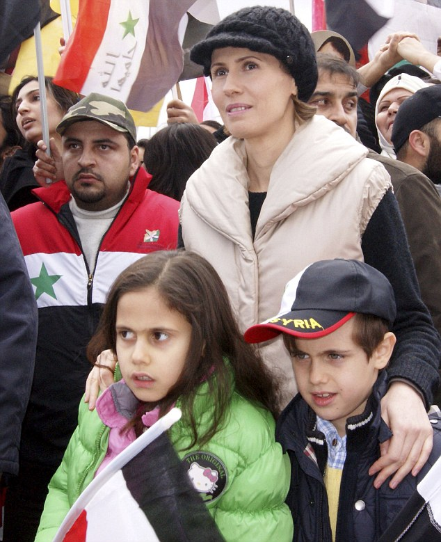 Asma al-Assad apareceu, em 11 de Janeiro de 2012, num evento público de apoio ao marido - durante a guerra que causou até 2015 mais de 100 mil mortes - na companhia de um dos seus dois filhos, Karim, de 7 anos, e da filha, Zein, de 9. © Wael Hmedan | Reuters | Presidential Palace