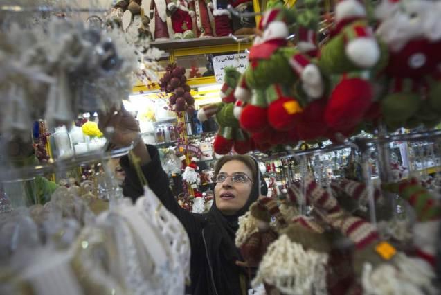 Uma cristã iraniana procura decorações de Natal numa loja no centro de Teerão. Fotografia tirada a 13 de Dezembro de 2011. Actualmente, calcula-se que haja 600 igrejas para 250 mil cristãos, de vários ritos. @Morteza Nikoubazl / Reuters