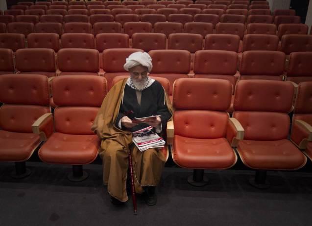 """Um teólogo iraniano espera pelo início de uma conferência, em Teerão, intitulada """"Gaza, Um símbolo de Resistência"""", em 18 de Janeiro de 2012. Teerão manteve, sob a presidência de Ahmadinejad, laços estreitos com o movimento palestiniano Hamas, ao qual fornecia, supostamente, armas e munições. @Caren Firouz / Reuters"""