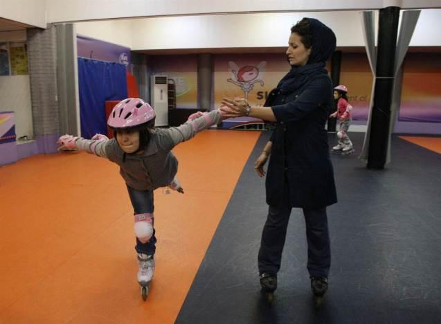 Mahnaz Mollaei, (à direita) ensina patinagem a crianças, no Clube Pardis, na cidade de Isfahan, a sul de Teerão, a capital iraniana. Foto de 1 de Janeiro de 2012 @Vahid Salemi | AP | NBC