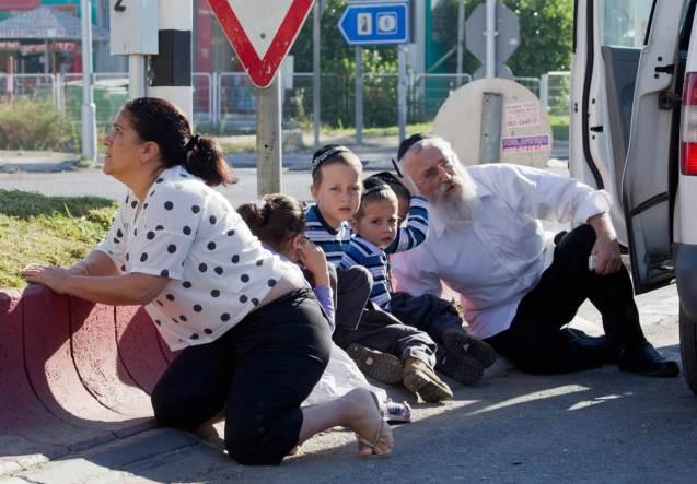 Uma família de judeus israelitas procura abrigar-se dos rockets lançados por milicianos palestinianos a partir da Faixa de Gaza. @DR (Direitos Reservados   All Rights Reserved)