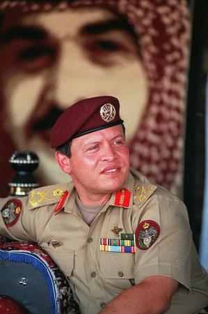 O Rei Abdullah II foi escolhido pelo seu pai (na imagem atrás dele) como sucessor, em substituição do tio, Hasan, que foi durante anos o príncipe herdeiro. @DR (Direitos Reservados | All Rights Reserved)