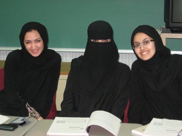 Aulas, com e sem niqab (leço que cobre o rsoto) numa escola só para raparigas na Arábia Saudita. @DR