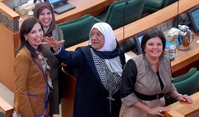 As quarto deputadas eleitas para a Majlis al-Umma (Assembleia Nacional) do Kuwait na sessão inaugural, a 31 de Maio de 2009. Da esquerda para a direita: Salwa al-Jassar, Rola Dashti, Massuma al-Mubarak e Aseel al-Awadhi. Todas completaram os seus doutoramentos em universidades nos Estados Unidos © Yasser al-Zayyat |AFP | Getty Images