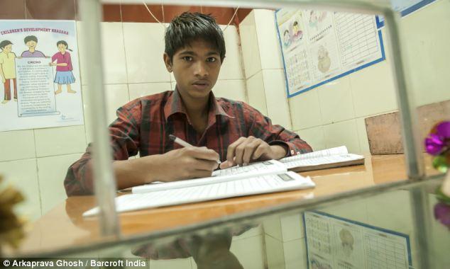 O CDK é gerido por Sonu, de 13 anos (à esquerda). Está neste banco desde que fugiu de casa. @Arkaprava Ghosh | Barcroft India | The Daily Mail