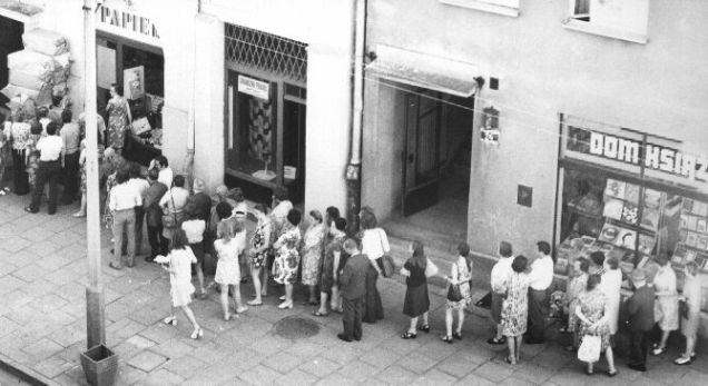 """Muitos polacos ainda recordam """"longas filas à porta de lojas vazias, onde havia vinagre e mostarda, raramente carne"""", e de onde as pessoas saíam com """"o papel higiénico enrolado à cabeça e ao pescoço como se fosse jóias"""". Mas não vivem reféns do passado. @DR (Direitos Reservados   All Rights Reserved)"""