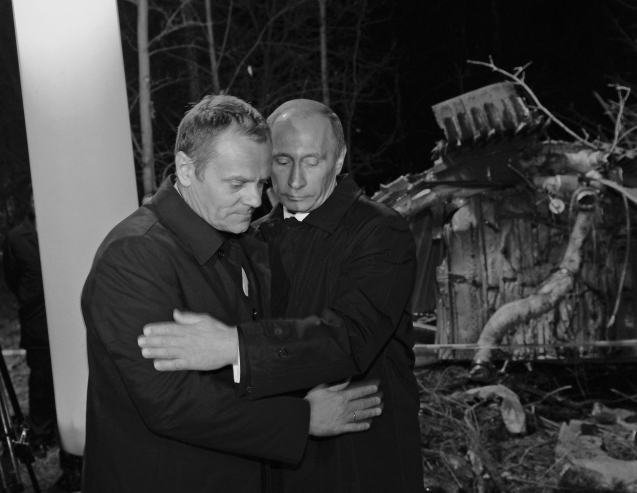 "Russia's Prime Minister Vladimir Putin (R) comforts his Polish counterpart Donald Tusk as they visit the site of a Polish government Tupolev Tu-154 aircraft crash near Smolensk airport April 10, 2010. Poland's President Lech Kaczynski and his wife Maria, its central bank head and the country's military chief, were among 97 people killed when their plane crashed in thick fog on its approach to a Russian airport on Saturday. BLACK AND WHITE ONLY REUTERS/CIR/Grzegorz Roginski (RUSSIA - Tags: POLITICS DISASTER TRANSPORT OBITUARY) Putin e Donald Tusk, durante a visita do líder russo, em 1989: ""A confirmação simbólica de que a guerra acabou em Gdansk"", segeundo o primeiro-ministro polaco. @DR (Direitos Reservados 