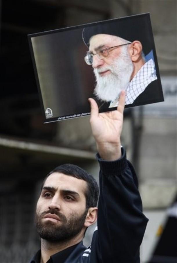 """""""Tecnicamente [os pasdar] recebem ordens do Rahbar (Líder), mas será que ele, Ali Khamenei alguma vez ousou contradizê-los?"""", perguntou Gary Sick, que foi conselheiro do Presidente Jimmy Carter durante a """"crise dos reféns"""" norte-americanos na Embaixada dos EUA em Teerão, em 1979. @AP Photo/Vahid Salemi)"""