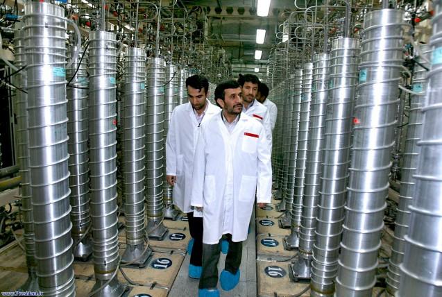 Mahmoud Ahmadinejad numa visita a uma central de enriquecimento de urânio, 320 quilómetros a sul de Teerão, a capital, em 8 de Abril de 2008. Foi neste ano que anunciou a instalação de milhares de novas centrifugadoras, para acelerar o programa nuclear iraniano. @AP | Iranian President's Office