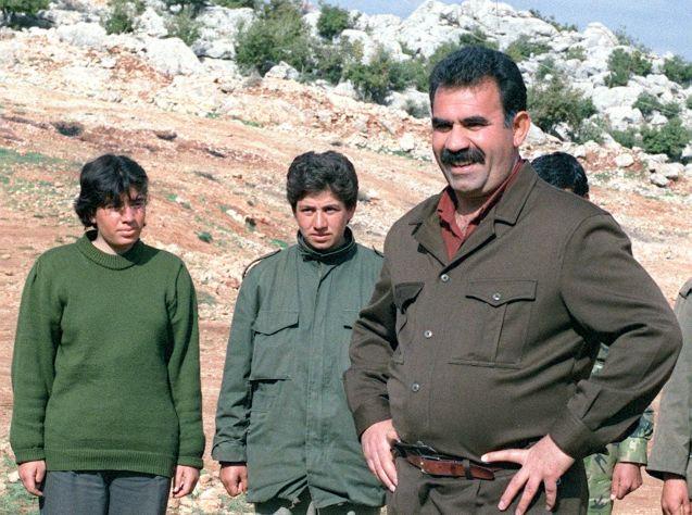 Foto de arquivo, de 1992, mostra Abdallah Öcalan, líder do PKK, com outros guerriheiros num campo de treino na aldeia de Helweh, no Vale de Bekaa (Líbano), a poucos km da fronteira síria. Esta base foi encerrada em Mao de 1992 depois de negociações entre Damasco e a Turquia. @ RAMZI HAIDAR| AFP|Getty Images