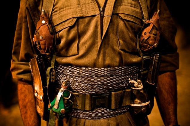 """Tratados pela Turquia como """"um problema de terrorismo"""", os curdos encheram as fileiras e os cofres do PKK. Nos anos 1990, a reacção do Exército foi uma """"política de terra queimada"""": a evacuação de 3000 aldeias e a transferência forçada de três milhões de curdos da Anatólia. Sem apoio logístico, muitos combatentes instalaram-se no Norte do Iraque (na foto), onde o PKK tem mantido um elo, ora de cooperação ora de confronto, com Massoud Barzani (líder desta região semi-autónoma) e Jalal Talabani (Presidente em Bagdad) © Los Angeles Times"""