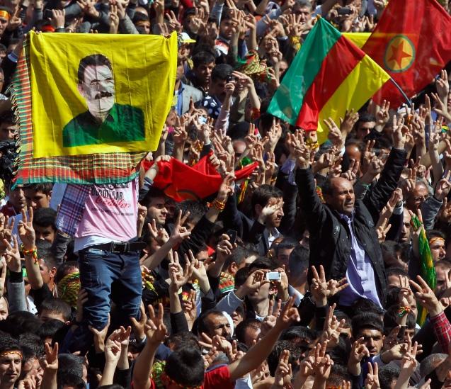 Milhares de curdos exibem bandeiras do PKK e imagens do seu líder, Abdullah Öcalan, na cidade de Diyarbakir, no Sueste da Turquia, em 21 de Março de 2013, quando se julgava próximo um acordo de paz. © AP Photo