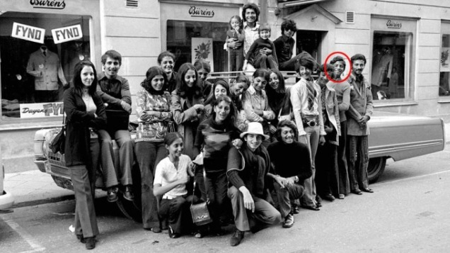 Alguns dos muitos membros da família Bin Laden durante umas férias na Suécia, em 1971. São contraditórias as versões sobre se Osama terá viajado com os seus parentes. Nesta foto está assinalada a sua presença, mas uma cunhada, Carmen, diz que não é ele mas um dos seus irmãos @Scanpix/ Sipa Press