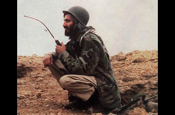 """Bin Laden, em 1984, no Afeganistão, onde pôs a sua fortuna ao serviço dos geurrilheiros que travavam uma """"guerra santa islâmica"""" contra os invasores comunistas soviéticos. @Photo Essays - TIME"""