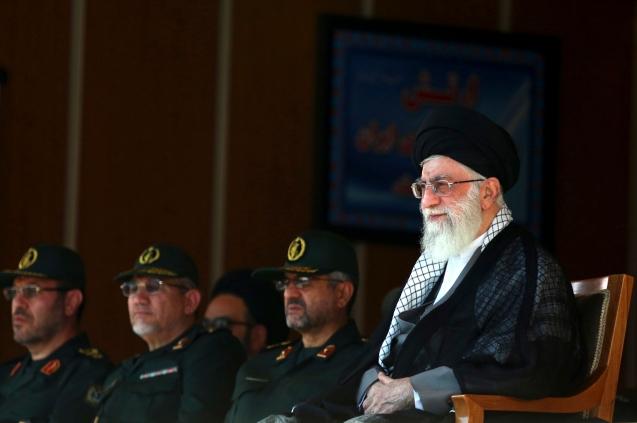 O Supremo Líder, Ayatollah Ali Khamenei (à direita), usou os Guardas da Revolução para legitimar o seu poder político, depois de ter visto, inicialmente, contestadas as suas credenciais religiosas. . Nesta foto, ele assiste a uma cerimónia de graduação de cadetes pasdaran, acompanhando do comando desta força, Mohammad Ali Jafari (ao centro) do seu principal conselheiro militar, Yahya Rahim Safavi (segundo à esquerda), e do antigo ministro da Defesa Hossein Dehghan (Teerão, 5 de Outubro, 2013) © AP Photo